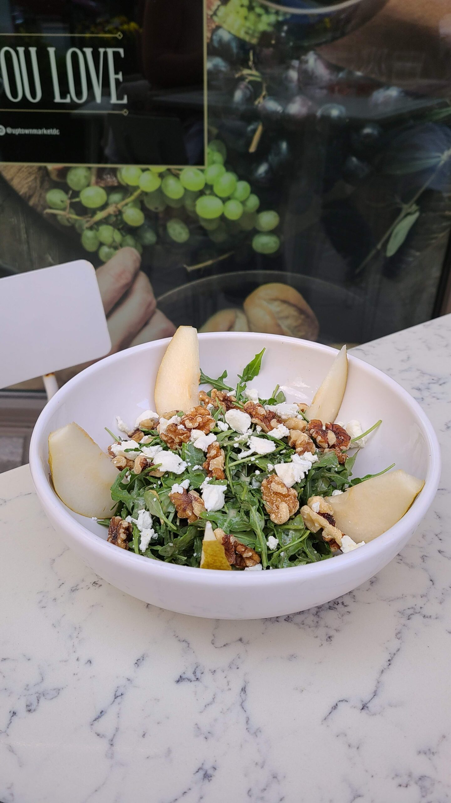 Salad with pears, walnuts, and goat cheese
